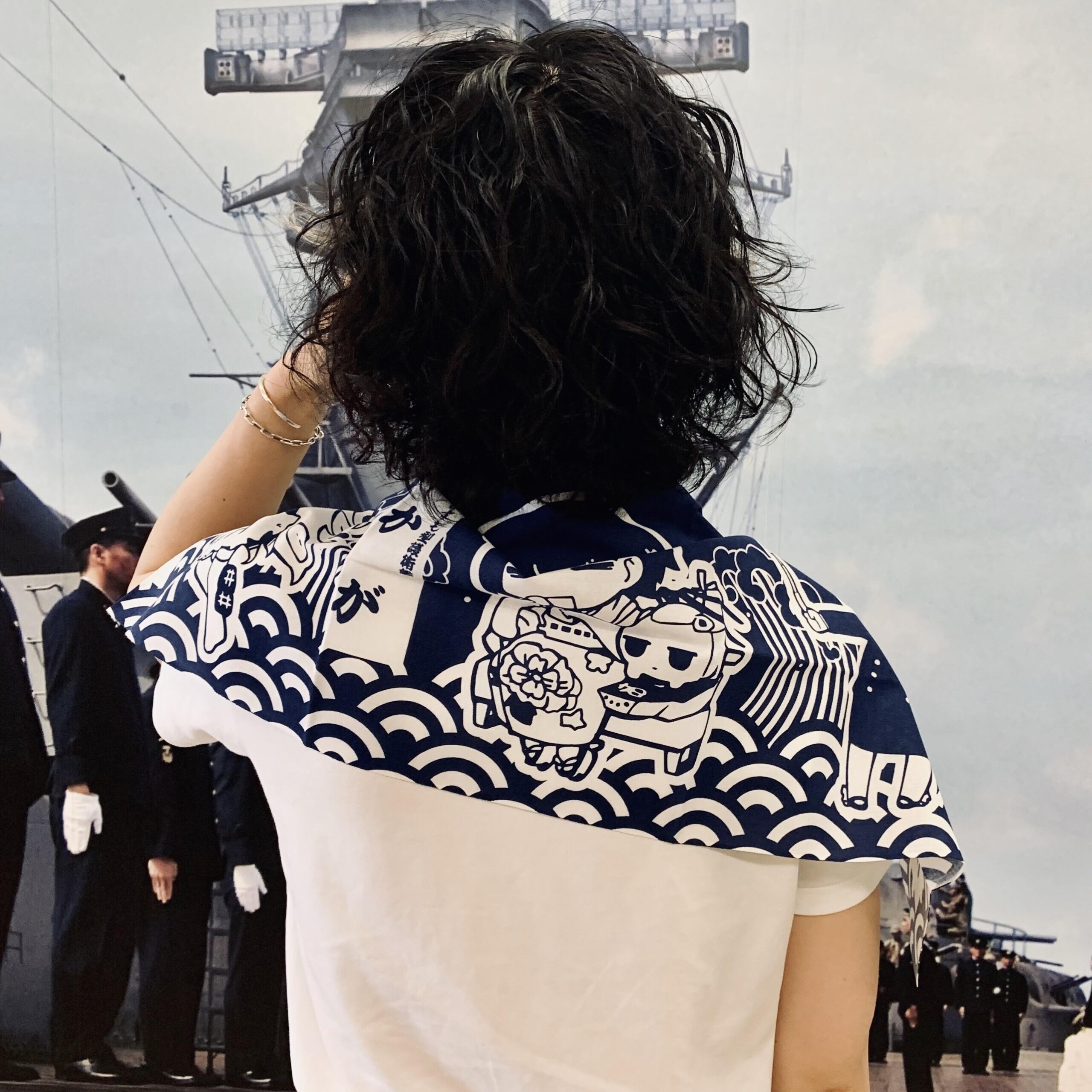 海上護衛警備隊の手ぬぐいを肩に掛けている